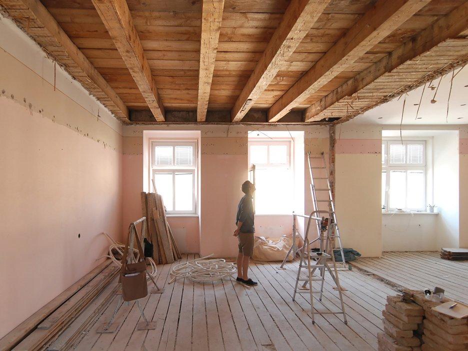 Odkrývanie pôvodného tráového stropu