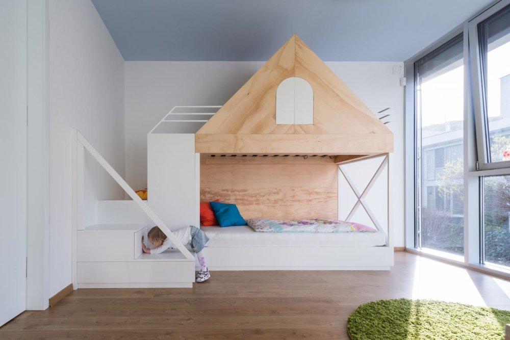 8322c6530 Ak má byť poschodová posteľ súčasťou ostatného nábytku, je dobré dať ju  vyrobiť na mieru