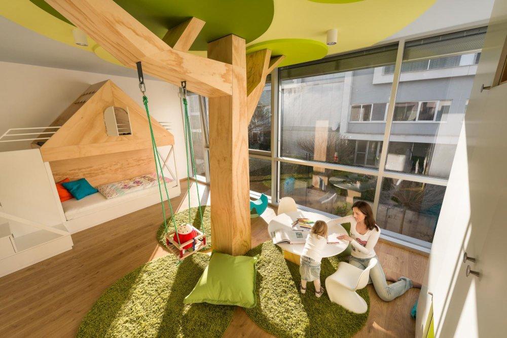 571e18f903eb Detská izba od Rules. Okrem poschodovej postele je zvláštnym prvkom drevená  konštrukcia s hojdačkou.