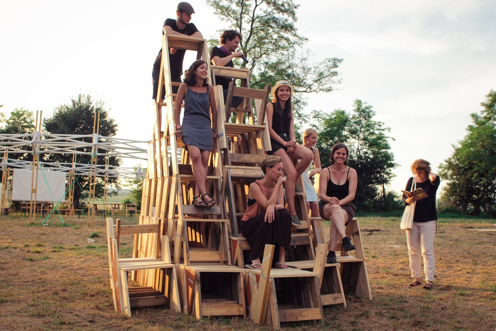 Masa mobiliáru Amazing Ammasing, v pozadí vľavo open air divadlo z Hello Wood Project Village 2015