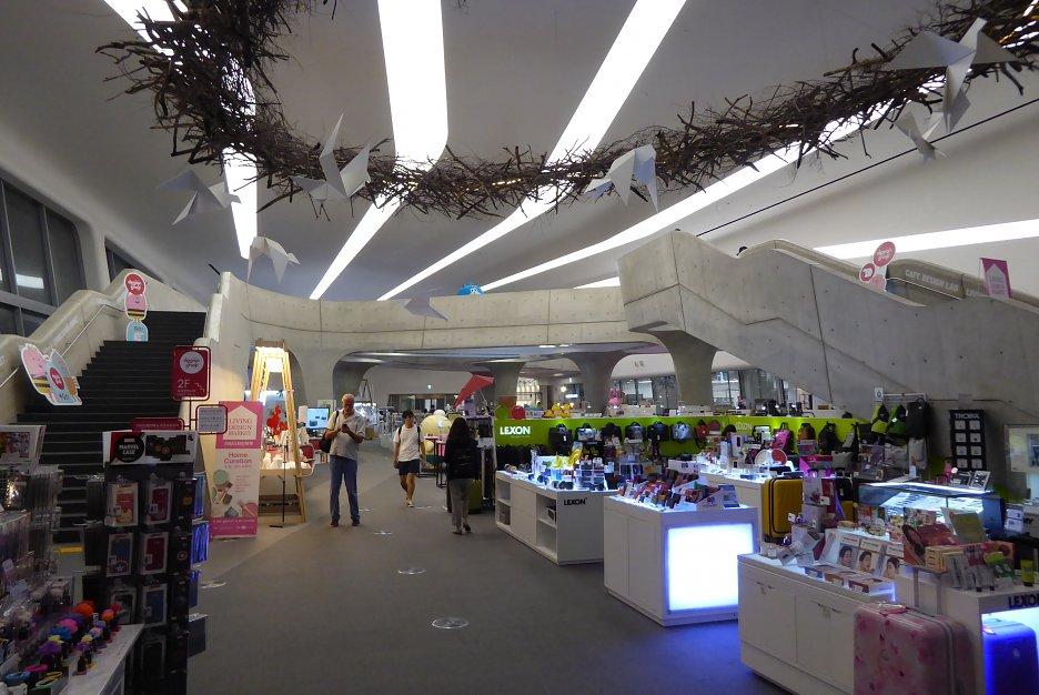 DDP – interiér predajne spomienkových predmetov a moderných doplnkov