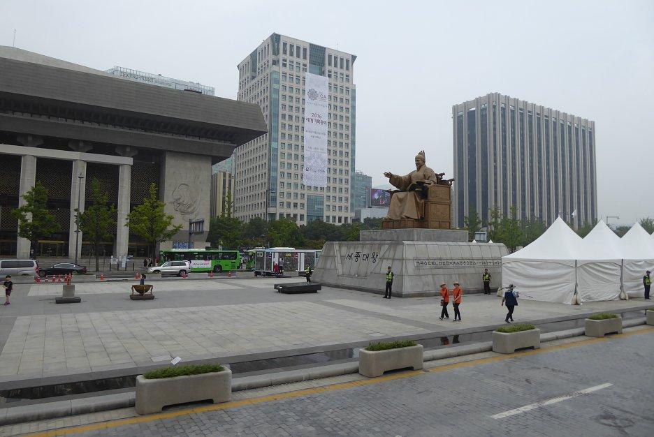 Socha kráľa Sejonga na hlavnom námestí Gwanghwamun