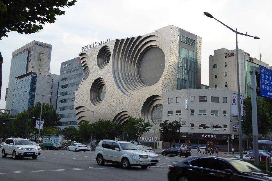 Budova PRUGIO VALLEY v štvrti Gangnam, mnohým pripomína hudobný reproduktor, krížený s ementálom