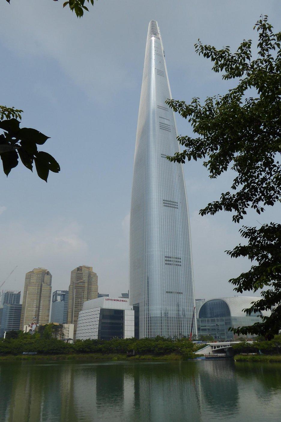 LOTTE WORLD TOWER – 555 m supervysoký mrakodrap so 123 podlažiami, najvyšší t.č. v krajinách OECD, s LED panelmi na fasáde, dokončený v marci 2016