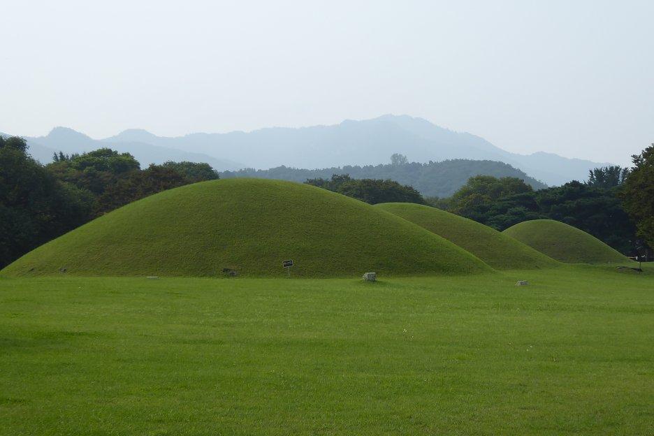 Ďalšie hrobky mimo parku