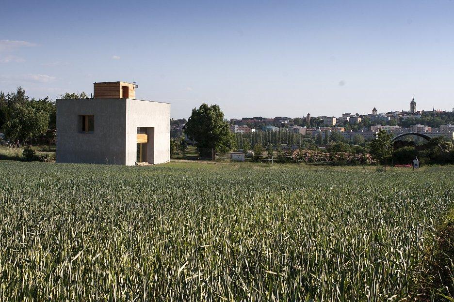 Dom sa otvára smerom na mesto, na severovýchod je orientované menšie okno zo spálne a kúpeľne