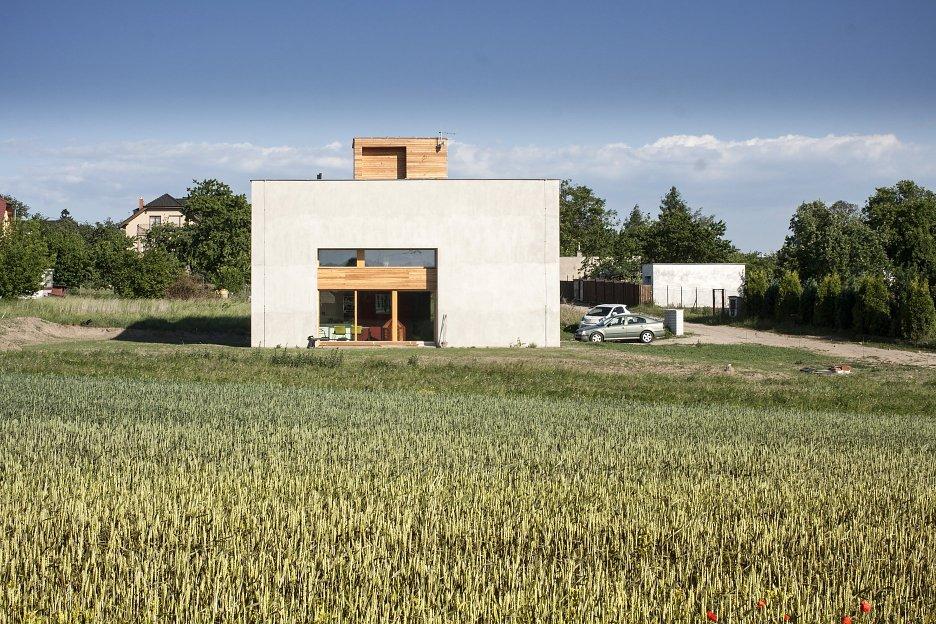 Veľké francúzske okno smeruje na záhradu a presvetľuje priestor obývacej izby, haly a spálne