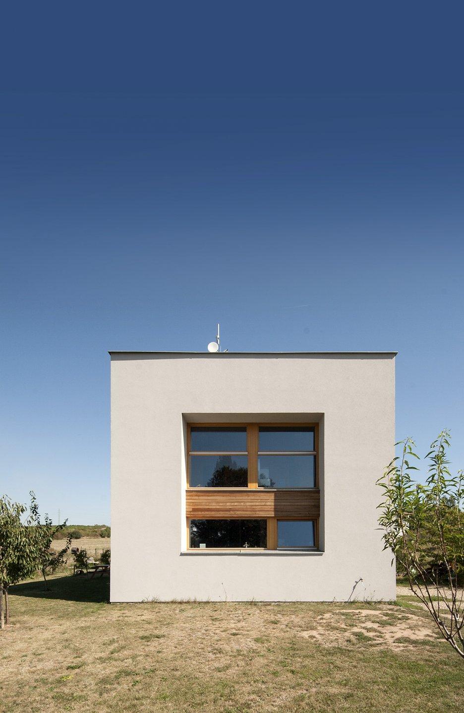 Okná s vyšším parapetom poskytujú výhľad na cestu, súkromie ostáva zachované.
