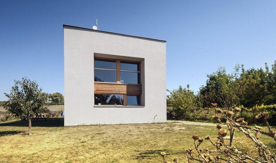 Čelný pohľad. Presklené plochy obývačky, pracovne a detskej izby s výhľadom na mesto