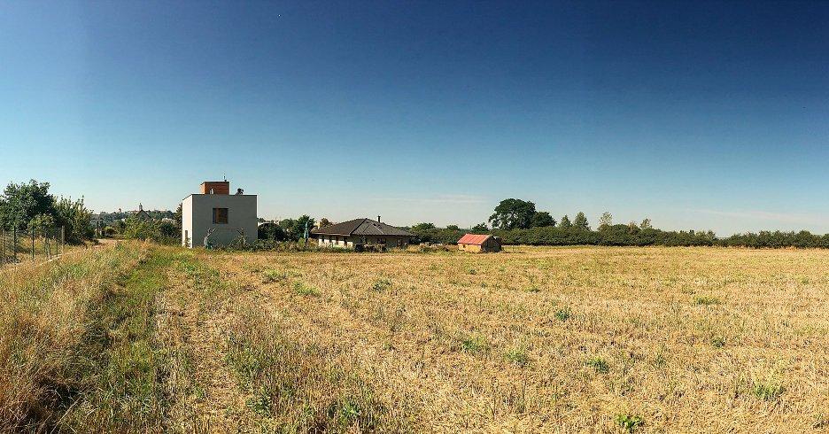 Umiestnenie domu v strede neveľkej parcely na okraji Mělníka akcentuje prepojenie domu s charakteristickými výhľadmi