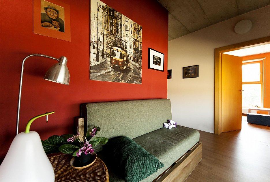 V interiéri sa v hojnej miere objavujú farebné akcenty. Betónový strop je v pohľade priznaný.