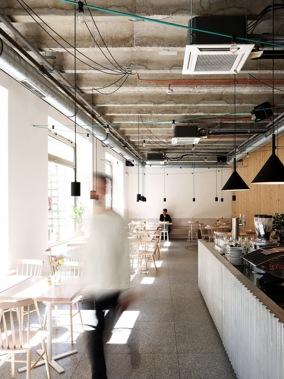 Otvorený priestor reštaurácie na poschodí