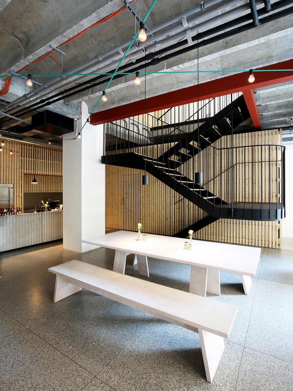 Zavesené oceľové schodisko vedúce na poschodie reštaurácie