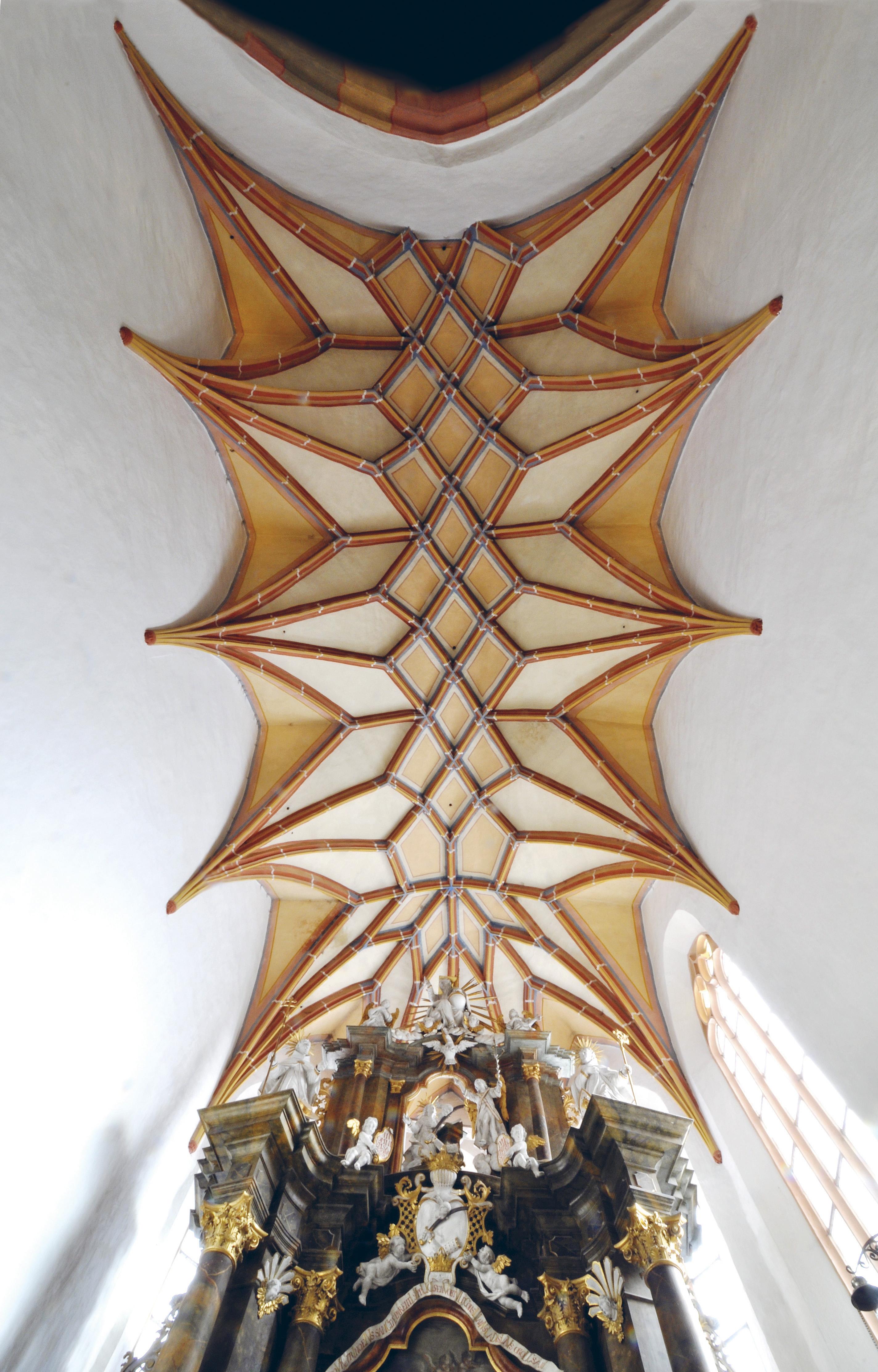 Vznik štvorice bočných oltárov32 a kazateľnice možno datovať do konca.