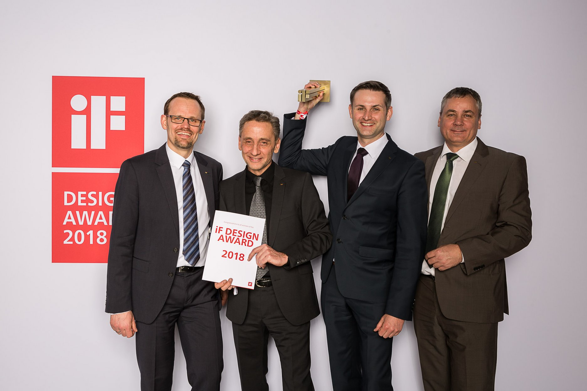 Víťazi zlatej ceny iF Design Award 2018 (zľava): Henning Köln, Head of Product Management Ventilation, Jochen Hübner, Technical Project Manager Mullion/Transom Façades, Björn Barlage, Development Engineer Ventilation Systems a André Porombka, Head of Product Management Security Systems zo spoločnosti Schüco.