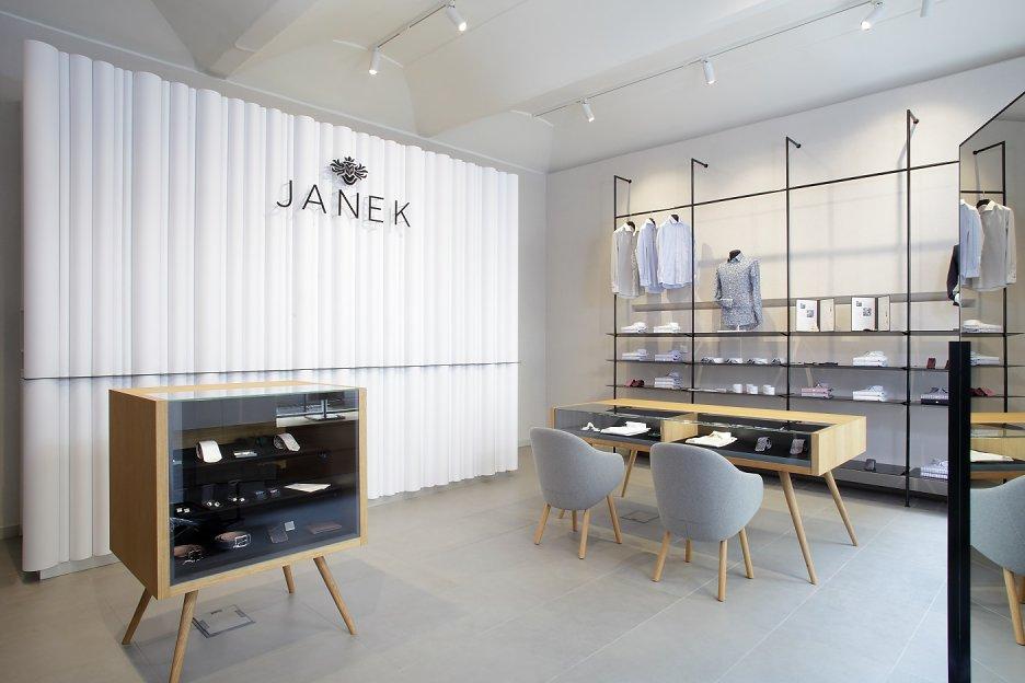 ddc41f719d4f Interiér predajne zákazkového krajčírstva Janek